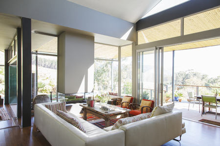 living room design: Modern living room with large sofas and coffee table LANG_EVOIMAGES