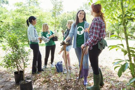 altruismo: Voluntarios ecologistas plantan nuevo árbol LANG_EVOIMAGES