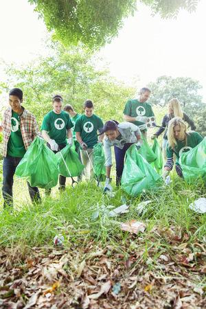 altruismo: Voluntarios ecologistas recogiendo basura