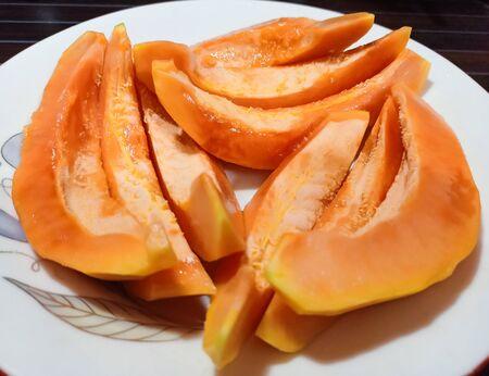 Ripe papaya sliced on white plate Stockfoto