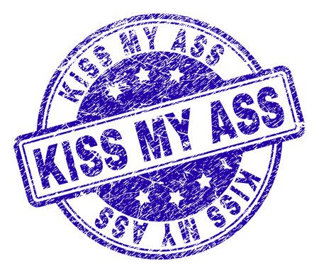 Empreinte de sceau de timbre KISS MY ASS avec texture grunge. Conçu avec des rectangles et des cercles arrondis. Impression en caoutchouc de vecteur bleu de l'étiquette KISS MY ASS avec une texture rayée.
