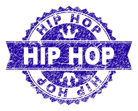 Imitacja rozety HIP HOP w stylu awaryjnym. Zaprojektowany z okrągłą rozetą, wstążką i małymi koronkami. Niebieski wektor gumowy znak wodny etykiety HIP HOP z porysowanym stylem.