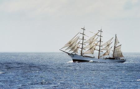 mare agitato: Tradizionale veliero cross di mare Mediterraneo Oceano Atlantico durante mare mosso e vento forte.