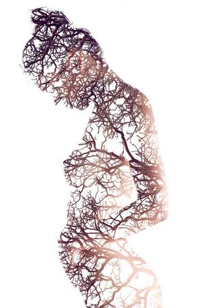 naked young woman: R�sum� Double exposition nu artistique jeune fille asiatique enceinte de la mort de branche d'arbre. Banque d'images