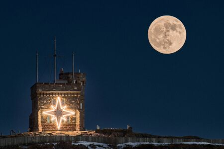 A full moon rises over the Cabot Tower during Christmas. Banque d'images - 133051950