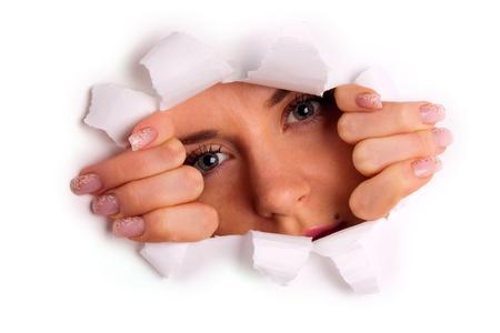 lagrimas: Joven mirando a trav�s del agujero rasgado de papel Foto de archivo