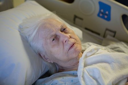 the dying: Old Woman en la cama de hospital