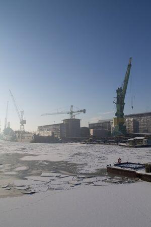 construction navale: Chantier Naval de Gdansk � l'hiver Banque d'images
