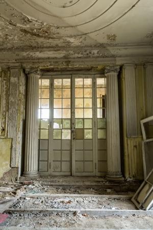 oficina antigua: Dañado puerta antigua, antigua sede de la Francmasonería en Gdansk, Polonia