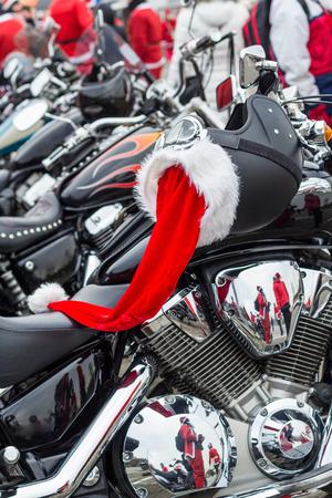 motorrad frau: Helm auf einem Motorrad von Santa Claus. Lizenzfreie Bilder