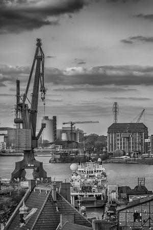 construction navale: grue de construction navale dans la ville de Gdansk, en Pologne