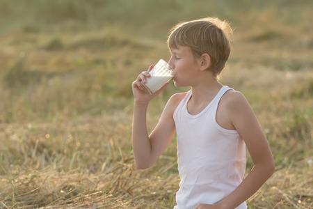casein: Adolescente con los ojos cerrados es la leche de consumo