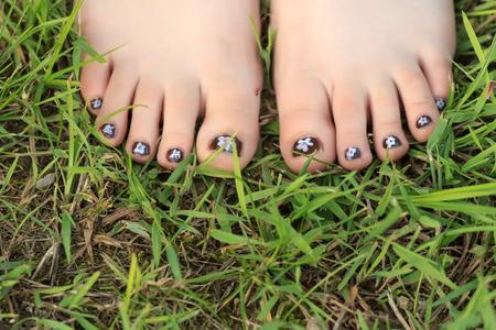 pied fille: Petits orteils fille avec l'art enfantin � ongles floral main
