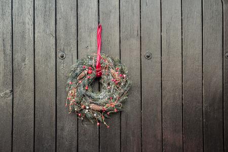 christmas crown: Vacaciones de Navidad Corona de Adviento est� colgando fuera en marr�n fondo de madera puertas