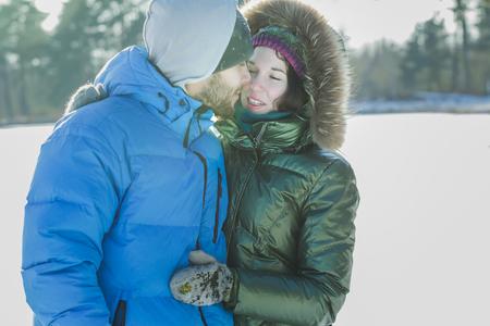 Romantische junges Paar umarmt im Freien im Winter frostigen Tag