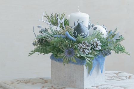 Disposizione floreale di natale della conifera in contenitore di legno bianco Archivio Fotografico - 90256077