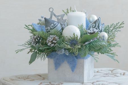 Disposizione floreale di Natale del pino in contenitore di legno bianco Archivio Fotografico - 90430707