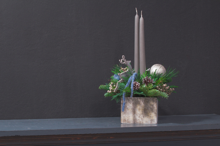 Centrotavola natalizio con due candele grigie Archivio Fotografico - 90280170