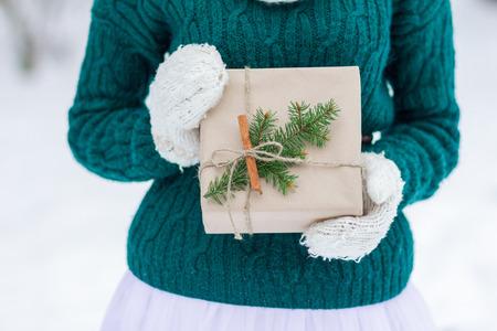 Festosa carta kraft da regalo natalizio in muffole di lana lavorate a maglia Archivio Fotografico - 90540065