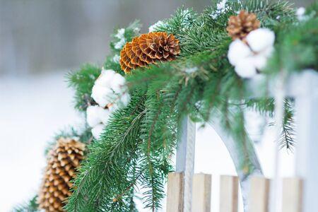 La conifera e la corona del gossypium di Natale sta appendendo sulla slitta di legno all'aperto Archivio Fotografico - 90673635