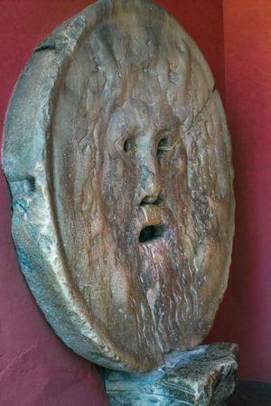 Attrazione turistica scolpita in pietra maschera umana Bocca della Verita o Dio pagano al chiuso Archivio Fotografico - 97803390