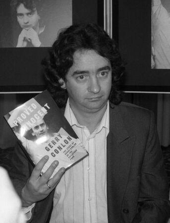 poronienie: Londyn - 11 czerwca 1990 - Gerry Conlon, jeden z czterech Guildford błędnie skazany bombowe pub w Guildford, posiada konferencji prasowej. Publikacyjne