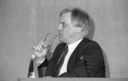 erhaltend: London, England - h�lt 16 M�rz 1992 - Christopher Patten, Vorsitzender der konservativen Partei, eine Pressekonferenz.