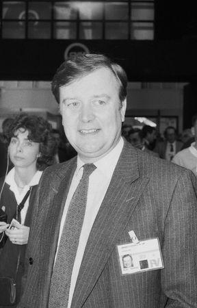 erhaltend: Blackpool, England - 10 Oktober 1989 - Kenneth Clarke, Politiker, beachtet den Parteitag.