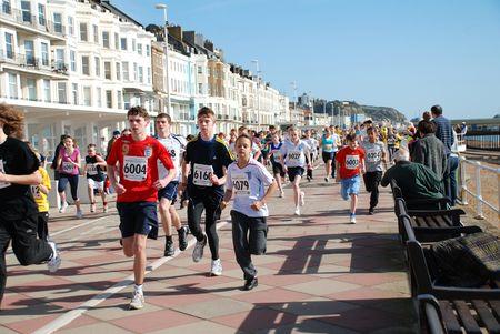 Hastings, England - 15 marzo 2009 - giovani atleti prendono parte in esecuzione di un mini lungo il lungomare, tenuto insieme con la gara annuale di Hasting mezza maratona.  Editoriali