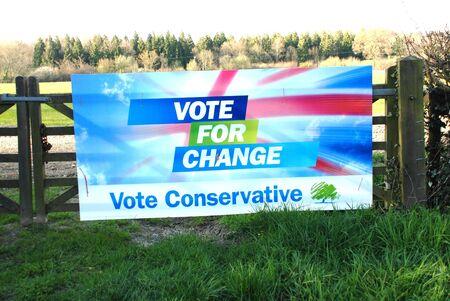 Rolvenden, Inghilterra - 23 aprile 2010 - partito conservatore al manifesto elettorale su un cancello della fattoria a Rolvenden nel Kent.