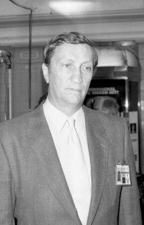 erhaltend: Blackpool, England - Oktober 10, 1989 - Hugh Dykes, Konservativen Partei Abgeordneter f�r Harrow Osten, Besuche die Partei-Konferenz.
