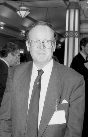 erhaltend: Blackpool, England - October 10, 1989 - Sydney Chapman, Conservative party Member of Parliament for Chipping Barnet, visits the party conference.