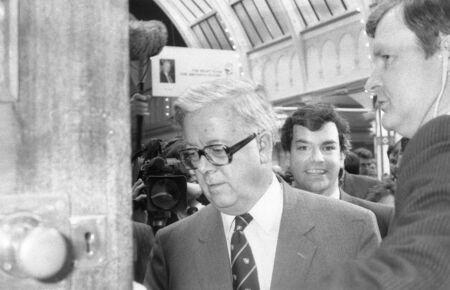 erhaltend: Blackpool, England - 10 Oktober 1989 - Sir Geoffrey Howe, Conservative party Abgeordneter f�r East Surrey, ist in den Parteitag eskortiert.