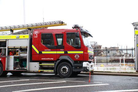 Hastings, England - 5 ottobre 2010 - Fire motori di fronte al molo vittoriano dopo essere distrutta da un incendio. Il molo aperto nel 1872.