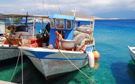 Emborio, Grecia - 7 giugno 2010 - barche da pesca in legno ormeggiate nel porto sull'isola greca di Halki.