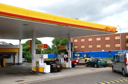 bomba de gasolina: Ashford, Inglaterra - 17 de junio de 2008 - Exterior de una estaci�n de servicio de gasolina Shell en Ashford, Kent. Royal Dutch Shell ha de ganancias, un aumento de 90% para 2010.