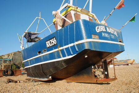 beach shingle: Hastings, Inghilterra - 11 novembre 2009 - barche di flotta da pesca sulla spiaggia di ciottoli Hastings, East Sussex.