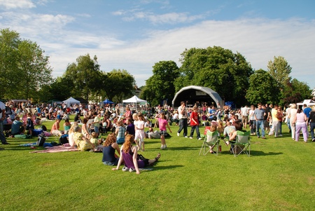 祭: テンターデンにある、イギリス - 2009 年 6 月 13 日 - 音楽ファン テンターデンにある、ケントで Tentertainment 地元の音楽祭で草の上に座る。 報道画像