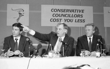 enfield: Londra, Inghilterra - 10 aprile 1991 - Christopher Patten, Presidente del partito conservatore, punti nel corso di una conferenza stampa a Londra con Michael Portillo (a sinistra) e Michael Heseltine.