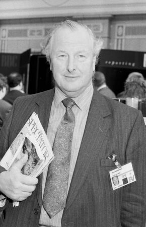 erhaltend: Blackpool, England - October 10, 1989 - Rt. Hon. Lord Denham, Conservative peer and Government Chief Whip in the House of Lords, attends the party conference.