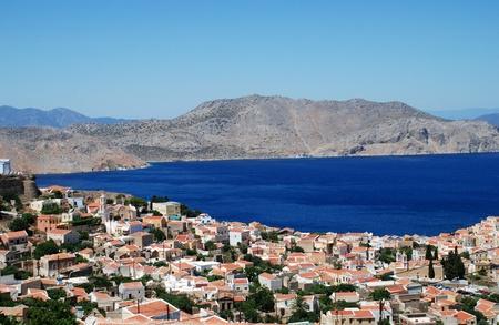 Guardando verso il basso sul villaggio di Chorio sull'isola greca di Symi. Archivio Fotografico