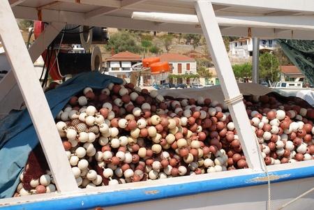 Meganissi, Grecia - 22 agosto 2008 - Reti da pesca su una barca da pesca ormeggiate nel porto di Vathi sull'isola greca di Meganissi. Editoriali