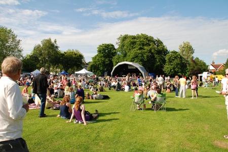 live entertainment: Tenterden, Inghilterra - 13 giugno 2009 - Gli appassionati di musica sedersi sull'erba al festival Tentertainment musica locale a Tenterden, Kent.