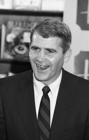 luitenant: Londen, Engeland - 25 november 1991 - Oliver North, de voormalige Amerikaanse Marine Corps luitenant-kolonel die betrokken zijn bij de Iran-Contra affaire (bekend als Irangate), woont een boek ondertekening evenement.