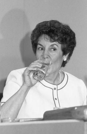 shephard: Londra, Inghilterra - 27 giugno 1991 - Gillian Shephard, Vice Presidente del partito conservatore e membro del Parlamento per South West Norfolk, beve un bicchiere d'acqua ad una conferenza del partito.