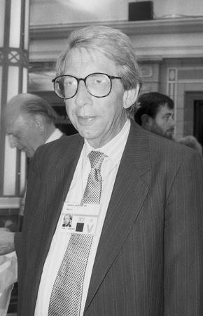 erhaltend: Blackpool, England - 10. Oktober 1989 - George Gardiner, Konservative Partei Mitglied des Parlaments f�r Reigate, besucht die Parteikonferenz.