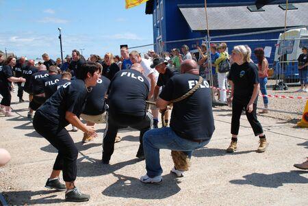 Hastings, Inghilterra - 30 luglio 2011 - le squadre locali competere in una partita Tug of War durante la Settimana Antico Carnevale Citt�.