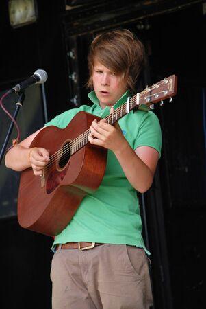 ルーク: Tenterden, England - July 3, 2010 - Luke Jackson, British Roots music singersongwriter, performs at the Tentertainment music festival. He has been performing at festivals since the age of 13. 報道画像
