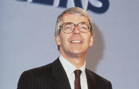 erhaltend: London, England - 27. Juni 1991 - Rt.Hon. John Major, der britische Premierminister und F�hrer der Konservativen Partei, spricht auf einer Konferenz.