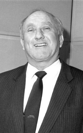 erhaltend: London, England - 12. Dezember 1990 - Don Rossiter, konservativen Partei Parlamentarische Kandidat f�r Dagenham, besucht einen Fototermin. Editorial